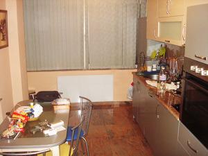 Инфрачервен панел за отопление с бяло стъкло монтиран на стена в кухня