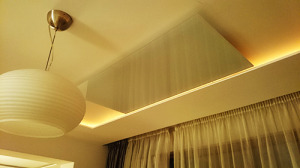инфрачервен панел с бяло стъкло 800 вата монтиран на таван в хол