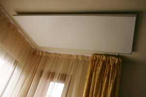 Инфрачервен панел за отопление 1kW монтиран на таван в спалня