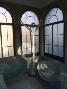 Мобилна кула с инфрачервени печки за зонално отопление и охлаждане BURDA PERFECTCLIME TOWER с две дюзи за вода, монтирана в полуоткрита тераса на къща