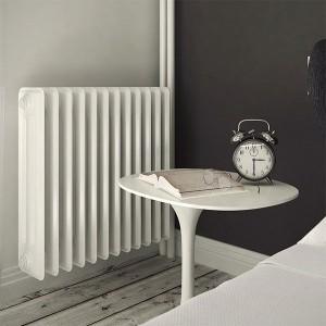 Чугунен радиатор за отопление монтиран в спалня