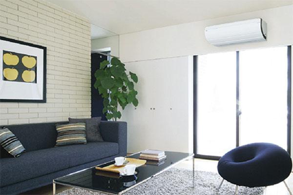 Климатик DAIKIN/Дайкин монтиран в хол/ дневна стая за отопление и охлаждане - илюстрация