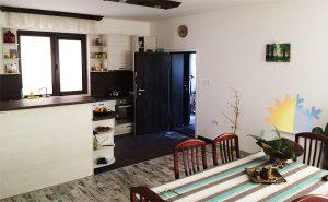 Воден кончектор за отопление и охлаждане, част от термопомпа въздух-вода, монтиран в кухня и трапезария