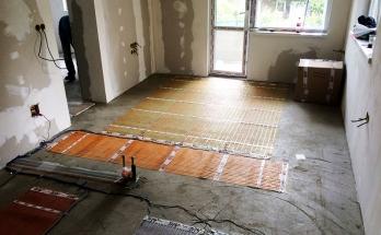 Инсталирани рогозки за електрическо подово отопление в дневна стая на приземен апартамент