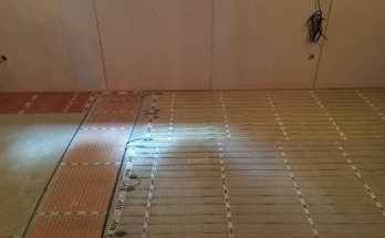 Инсталирано подово отопление на ток в дневна стая в къща