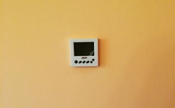 Монтиран програмируем термостат за подово отопление в дневна стая в апартамент