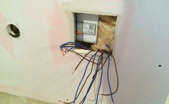 Отвеждане на кабели и сварзване на интернет термостат към подово отопление на ток