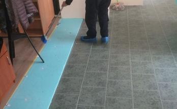 Почистване на пода за полагане на подова изолация от XPS 2 см