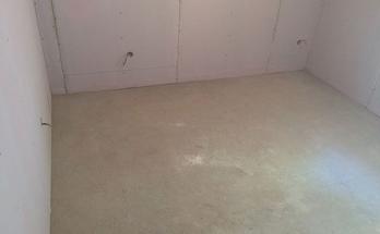 Почистване на пода за полагане на подово отопление на ток в дневна стая