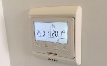 Термостат за подово отопление AHt SK 51 монтиран в дневна стая/хол