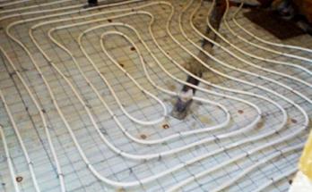 Положени тръби за водно подово отопление в баня