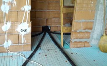 Отведени тръбни трасета за отоплени и охлаждане към колекторна кутия