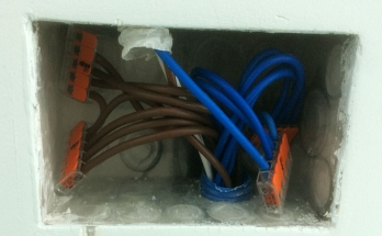 Свързване на захранващи кабели в конекторна кутия