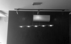 Монтирано вътрешно тяло на климатик Дайкин FTX-25KV в дневна стая в апартамент в София