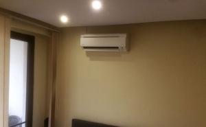 Монтирано вътрешно тяло на климатик Дайкин FTX-25J3 в хол в апартамент в ж.к. Хаджи Димитър в София