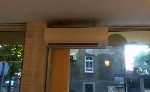 Монтирано вътрешно тяло на климатик Дайкин FTX-60KV пред стъклена витрина в детски парти клуб