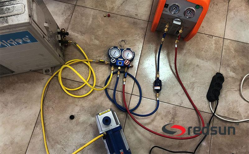 Вакуумиране на маркучи и апаратура в подготовка за извличане на фреонАЦ