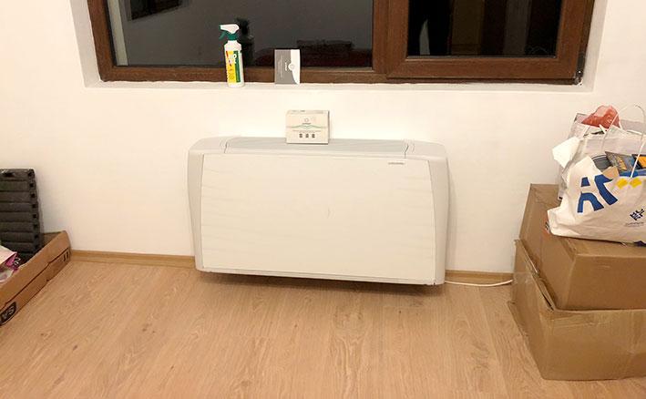 Конвектор с вентилатор за отопление и охлаждане монтиран на стена в спалня
