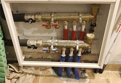 Колекторна кутия с месингови колектори и свъзани тръби и кранове