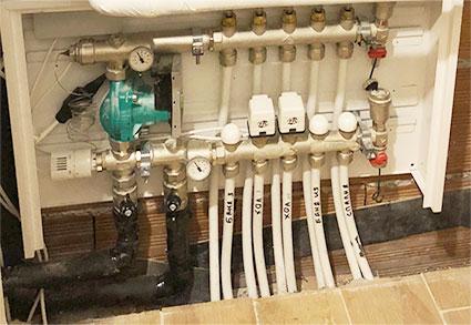 Колекторна кутия за водно подово отопление със смесителен възел и задвижки вградена в стена